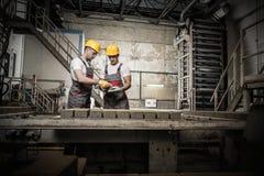 Εργαζόμενοι σε ένα εργοστάσιο στοκ εικόνες
