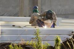Εργαζόμενοι σε ένα εργοτάξιο οικοδομής στοκ εικόνες