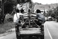 Εργαζόμενοι σε ένα φορτηγό στοκ φωτογραφίες με δικαίωμα ελεύθερης χρήσης