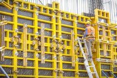 Εργαζόμενοι στα κράνη στο εργοτάξιο οικοδομής Οικοδομές Στοκ εικόνα με δικαίωμα ελεύθερης χρήσης