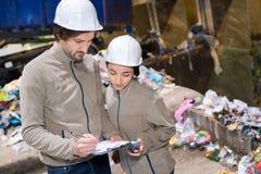 Εργαζόμενοι στην ανακύκλωση των εγκαταστάσεων στοκ φωτογραφία με δικαίωμα ελεύθερης χρήσης