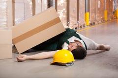 Εργαζόμενοι στην αποθήκη εμπορευμάτων στοκ εικόνα με δικαίωμα ελεύθερης χρήσης