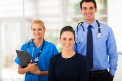 Εργαζόμενοι στον ιατρικό κλάδο γυναικών Στοκ εικόνα με δικαίωμα ελεύθερης χρήσης