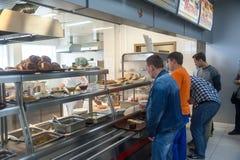 Εργαζόμενοι στον καφέ εργοστασίων κατά τη διάρκεια ενός μεσημεριανού διαλείμματος Στοκ Εικόνες