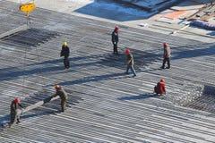 Εργαζόμενοι στο εργοτάξιο οικοδομής Στοκ Εικόνες