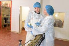 Εργαζόμενοι στο κονσερβοποιώντας εργοστάσιο Στοκ φωτογραφία με δικαίωμα ελεύθερης χρήσης