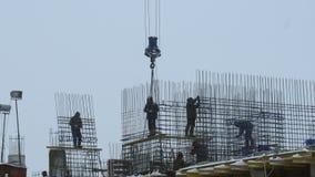 Εργαζόμενοι στο κτήριο κάτω από την οικοδόμηση φιλμ μικρού μήκους