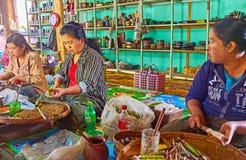 Εργαζόμενοι του εργοστασίου πούρων στη λίμνη Inle, το Μιανμάρ Στοκ φωτογραφίες με δικαίωμα ελεύθερης χρήσης