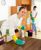 Εργαζόμενοι του καθαρισμού της επιχείρησης Στοκ φωτογραφία με δικαίωμα ελεύθερης χρήσης