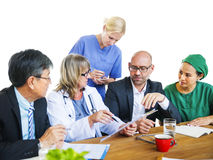 Εργαζόμενοι υγειονομικής περίθαλψης που διοργανώνουν μια συζήτηση Στοκ εικόνες με δικαίωμα ελεύθερης χρήσης