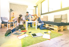 Εργαζόμενοι υπαλλήλων νέων που έχουν το σπάσιμο στο γραφείο ξεκινήματος Στοκ φωτογραφίες με δικαίωμα ελεύθερης χρήσης