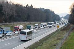 Εργαζόμενοι φορτηγών ρυμούλκησης που καθαρίζουν τα συντρίμμια από το τροχαίο ατύχημα στην εθνική οδό, απάντηση υπηρεσιών επειγόντ Στοκ Εικόνες