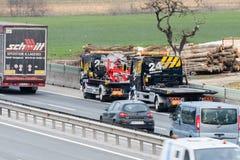 Εργαζόμενοι φορτηγών ρυμούλκησης που καθαρίζουν τα συντρίμμια από το τροχαίο ατύχημα στην εθνική οδό, απάντηση υπηρεσιών επειγόντ Στοκ φωτογραφία με δικαίωμα ελεύθερης χρήσης