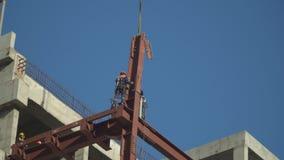 Εργαζόμενοι Steeplejack στις δραστηριότητες κατασκευής, στην ανακαίνιση του εμπορικού κέντρου απόθεμα βίντεο