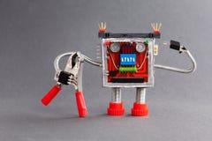 Εργαζόμενος έτοιμος για την εργασία Χαρακτήρας ρομπότ μελών των ενόπλων δυνάμεων με τις κόκκινες πένσες Γκρίζα ανασκόπηση Στοκ Εικόνα
