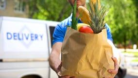 Εργαζόμενος αγοράς που δίνει την τσάντα παντοπωλείων, υπηρεσία παράδοσης αγαθών, σαφής διαταγή τροφίμων στοκ εικόνες με δικαίωμα ελεύθερης χρήσης