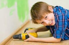 Εργαζόμενος αγοριών που εγκαθιστά το πλίνθο στοκ εικόνες