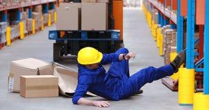 Εργαζόμενος αποθηκών εμπορευμάτων αρσενικών που πέφτει εργαζόμενος απόθεμα βίντεο