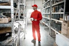 Εργαζόμενος αποθηκών εμπορευμάτων με την περιοχή αποκομμάτων στην αποθήκευση στοκ φωτογραφία με δικαίωμα ελεύθερης χρήσης