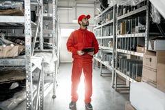 Εργαζόμενος αποθηκών εμπορευμάτων με την περιοχή αποκομμάτων στην αποθήκευση στοκ φωτογραφίες