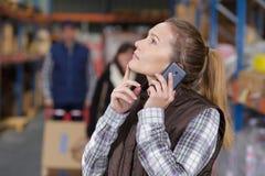 Εργαζόμενος αποθηκών εμπορευμάτων που κάνει την κλήση στην αποθήκη εμπορευμάτων διανομής Στοκ Εικόνες
