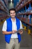 Εργαζόμενος αποθηκών εμπορευμάτων που κρατά την ψηφιακή ταμπλέτα στοκ εικόνες με δικαίωμα ελεύθερης χρήσης