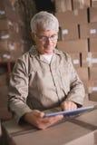 Εργαζόμενος αποθηκών εμπορευμάτων που χρησιμοποιεί την ψηφιακή ταμπλέτα στοκ εικόνες με δικαίωμα ελεύθερης χρήσης