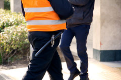 Εργαζόμενος ασφάλειας με το ρόπαλο και τις χειροπέδες Στοκ εικόνες με δικαίωμα ελεύθερης χρήσης