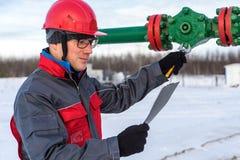 Εργαζόμενος ατόμων στην πετρελαιοφόρο περιοχή Χειμερινή περίοδος στοκ εικόνες