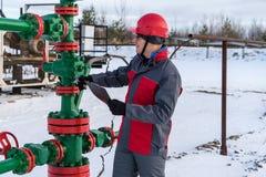 Εργαζόμενος ατόμων στην πετρελαιοφόρο περιοχή Χειμερινή περίοδος στοκ φωτογραφία