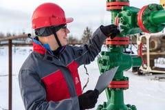 Εργαζόμενος ατόμων στην πετρελαιοφόρο περιοχή Χειμερινή περίοδος στοκ εικόνα