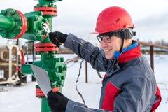 Εργαζόμενος ατόμων στην πετρελαιοφόρο περιοχή Χειμερινή περίοδος στοκ εικόνα με δικαίωμα ελεύθερης χρήσης