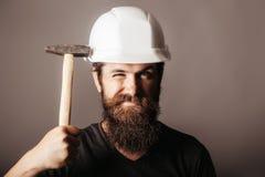 Εργαζόμενος ατόμων στο κράνος με το σφυρί Στοκ Φωτογραφίες