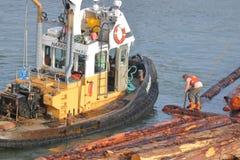 Εργαζόμενος βαρκών ρυμουλκών στο βραχίονα Στοκ εικόνα με δικαίωμα ελεύθερης χρήσης