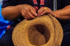 Εργαζόμενος βιοτεχνίας γυναικών που ράβει την παραδοσιακή ξηρά μπανάνα leav Στοκ Εικόνες