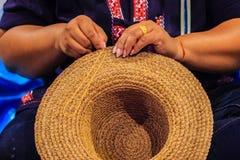 Εργαζόμενος βιοτεχνίας γυναικών που ράβει την παραδοσιακή ξηρά μπανάνα leav Στοκ φωτογραφία με δικαίωμα ελεύθερης χρήσης