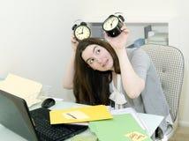 Εργαζόμενος γραφείων διά τη χρονική πίεση στοκ εικόνες
