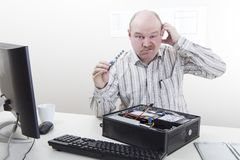Εργαζόμενος γραφείων με τα προβλήματα ΤΠ Στοκ εικόνα με δικαίωμα ελεύθερης χρήσης