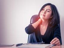 Εργαζόμενος γραφείων που έχει τον τραυματισμό στον ώμο από το πρόβλημα υγείας γραφείων Στοκ εικόνες με δικαίωμα ελεύθερης χρήσης