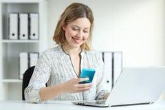 Εργαζόμενος γραφείων που εργάζεται με διάφορες συσκευές στοκ εικόνες με δικαίωμα ελεύθερης χρήσης