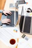 Εργαζόμενος γραφείων που εργάζεται στο σύγχρονο εργασιακό χώρο γραφείων Στοκ Φωτογραφίες