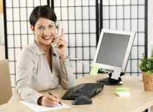 Εργαζόμενος γραφείων που μιλά στο τηλέφωνο Στοκ φωτογραφία με δικαίωμα ελεύθερης χρήσης