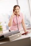 Εργαζόμενος γραφείων που μιλά στο τηλέφωνο Στοκ Εικόνα