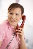Εργαζόμενος γραφείων που μιλά στο τηλέφωνο Στοκ Εικόνες