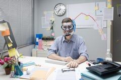 Εργαζόμενος γραφείων που φορά τη μάσκα σκαφάνδρων στοκ φωτογραφία με δικαίωμα ελεύθερης χρήσης