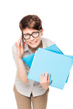 Εργαζόμενος γραφείων πολυάσχολος με τους φακέλλους και το τηλέφωνο Στοκ εικόνες με δικαίωμα ελεύθερης χρήσης