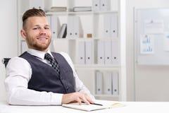 Εργαζόμενος γραφείων στο γραφείο Στοκ Εικόνες