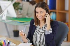 Εργαζόμενος γραφείων στο τηλέφωνο Στοκ Εικόνες