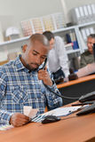 Εργαζόμενος γραφείων στο τηλέφωνο Στοκ φωτογραφίες με δικαίωμα ελεύθερης χρήσης