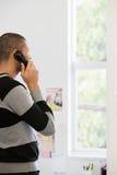 Εργαζόμενος γραφείων στο τηλέφωνο Στοκ φωτογραφία με δικαίωμα ελεύθερης χρήσης